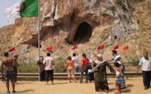 """ساكنة """"باب العسة"""" الجزائرية تحتج على تهميشها وتستفز الجزائر برفعها الأعلام المغربية"""