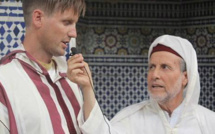 شاب من أصل نرويجي يشهر إسلامه بمسجد الحسن الثاني بلعري الشيخ بالناظور